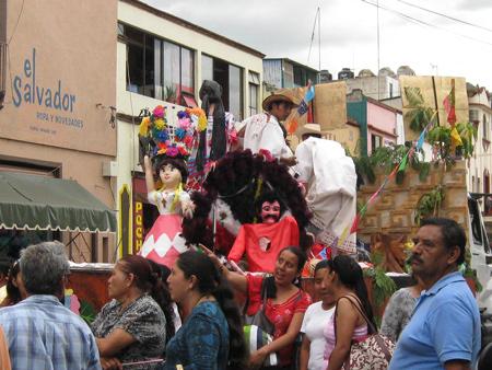 gigantes in street parade, Oaxaca